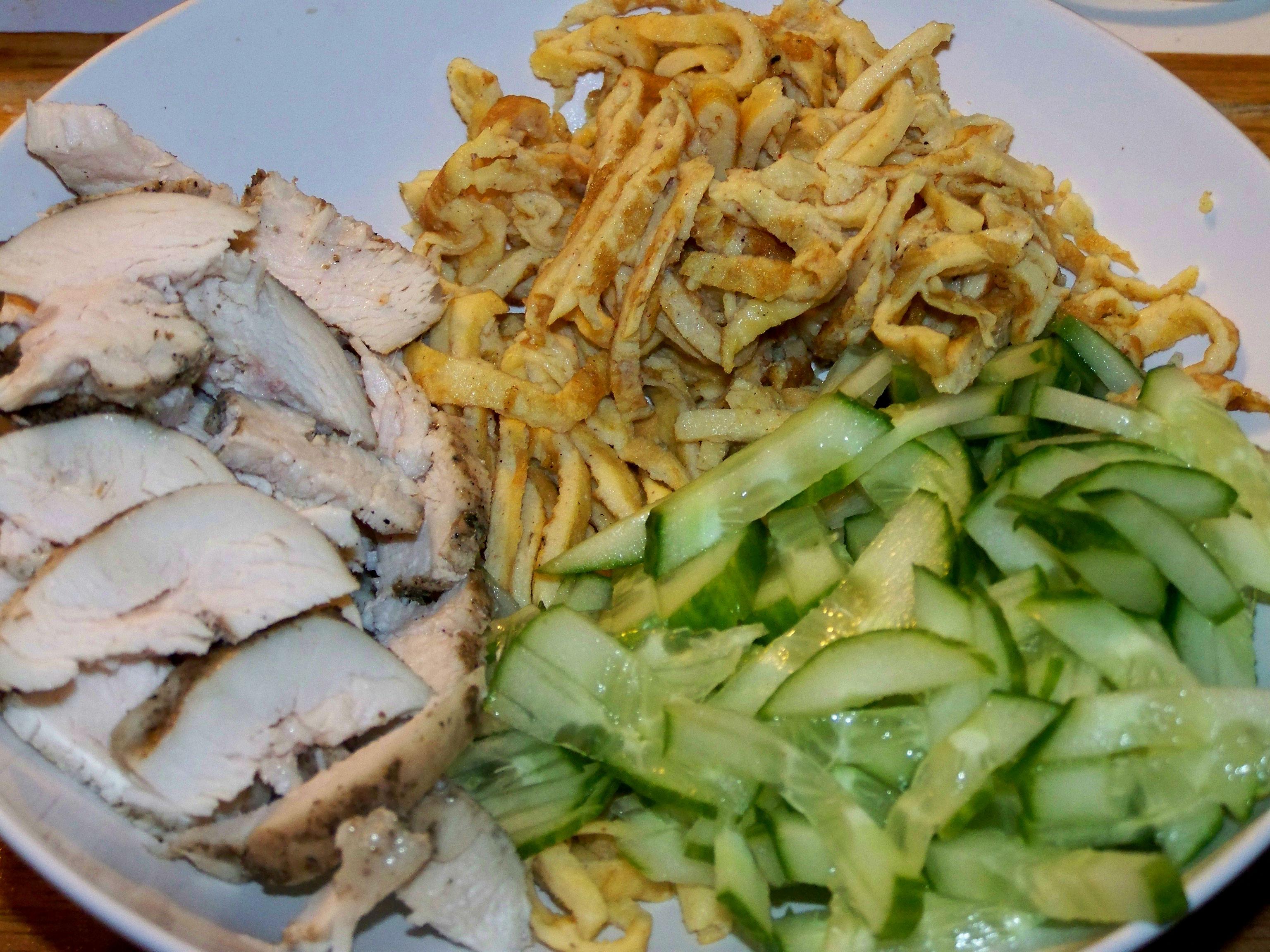 Салат с омлетом: вносим остроты и пестроты